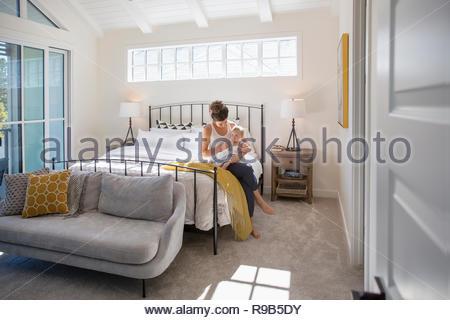 Azienda madre bambina sul letto Immagini Stock