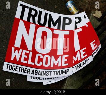 Banner di protesta nei pressi di ambasciatore americano Residence a Londra, per la visita al Regno Unito da parte del Presidente degli Stati Uniti, Donald Trump; Luglio 2018. Immagini Stock