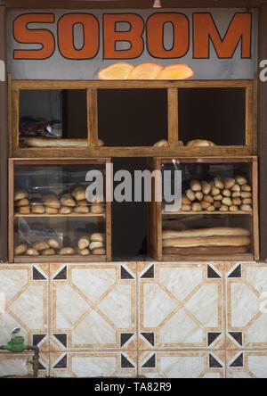 La vendita di prodotti da forno baguette, Regione Tonkpi, uomo, Costa d'Avorio Immagini Stock