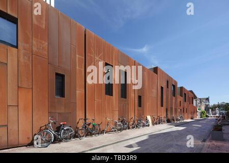 In acciaio Corten-placcati elevazione visto da Lange Scheistraat. Gebr de Nobel, Leiden, Paesi Bassi. Architetto: Ettore Hoogstad Architecten, 2014. Immagini Stock