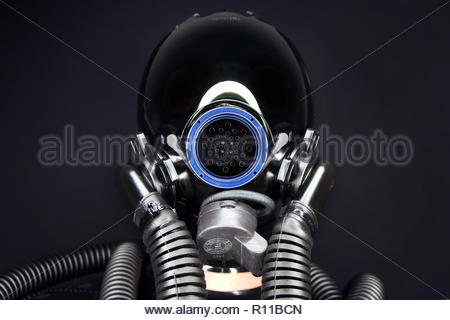 Basso angolo di visione dei tubi contro uno sfondo nero Immagini Stock