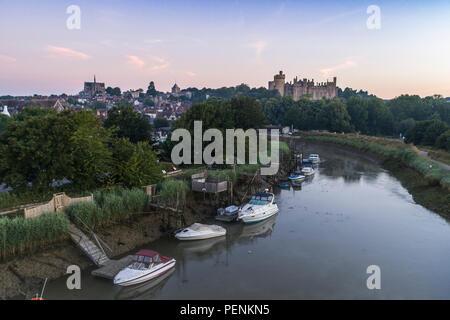 Basso livello del drone immagine del fiume Arun e Arundel Castle durante il crepuscolo in estate 20189 Immagini Stock