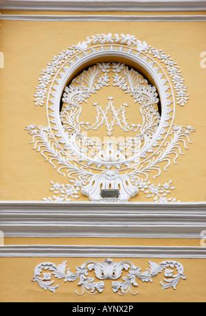 Delicato,bianco,decorazione sul giallo ,St Joseph Portugese Chiesa,1758, nella vecchia Macao,è la sola chiesa Immagini Stock