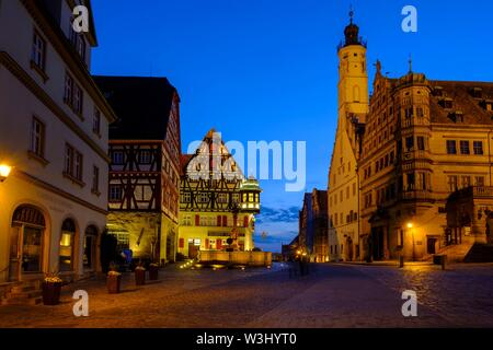 Il mercato con il municipio al crepuscolo, Rothenburg ob der Tauber, Media Franconia, Franconia, Baviera, Germania Immagini Stock