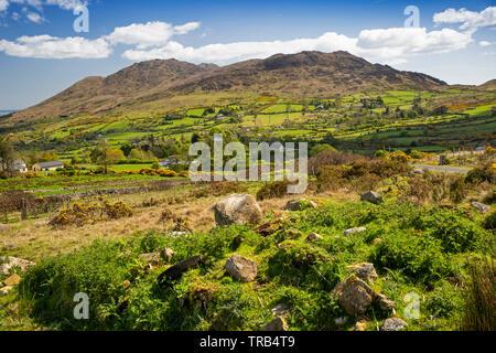 Irlanda, Co Louth, penisola di Cooley, Montagna Nera, paesaggio roccioso verso Carlingford Mountain Immagini Stock