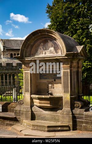 Regno Unito, Cumbria, York, Finkle Street, Queen Victoria Diamond Giubileo fontana accanto a Sant'Andrea Chiesa Parrocchiale Immagini Stock