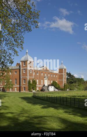 Vista obliqua del west o il giardino antistante la casa con scale curve a Osterley, Middlesex. La casa era originariamente Immagini Stock
