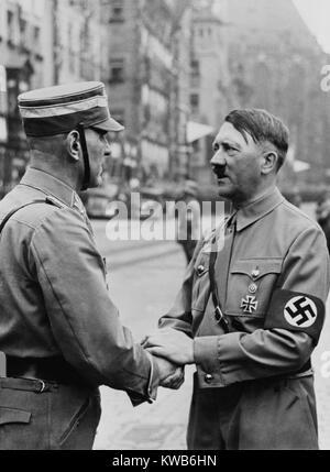 Il cancelliere tedesco, Adolf Hitler, agitando le mani con un Brownshirt al partito nazista giorno. Norimberga, Immagini Stock