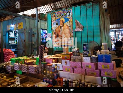 Poster di sheikh Ibrahim Inyass nel mercato, Poro regione, Korhogo, Costa d'Avorio Immagini Stock