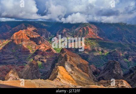 Kauai Hawaii scenic Waimea Canyon State Park scogliere rosso dal canyon di cui sopra Immagini Stock
