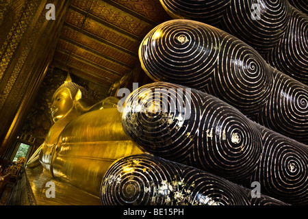 Thailandia, Bangkok, Wat Pho tempio, i piedi del reclinabili Buddha d'oro Immagini Stock