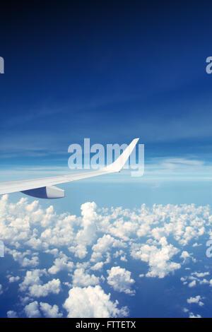 Ala di aeroplano nel cielo Immagini Stock