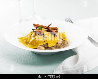 Ravioli di formaggio di bufala, purea di melanzane e chips di melanzane Immagini Stock