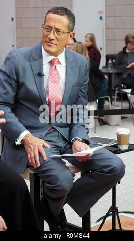 Excel, London, Regno Unito. 5 novembre 2018. Richard Ricerca CNN reporter di viaggio reporting live dal World Travel Market, Excel, London, oggi (Mon) Credito: Finnbarr Webster/Alamy Live News Immagini Stock