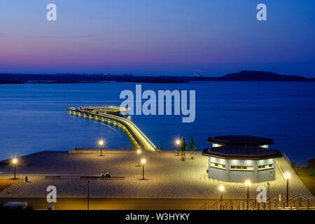 Illuminata dal molo di porto, luce della sera, al tramonto, il lago Geiseltal, Braunsbreda, Sassonia-Anhalt, Germania Immagini Stock