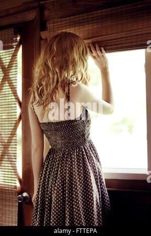 Donna alla finestra Immagini Stock