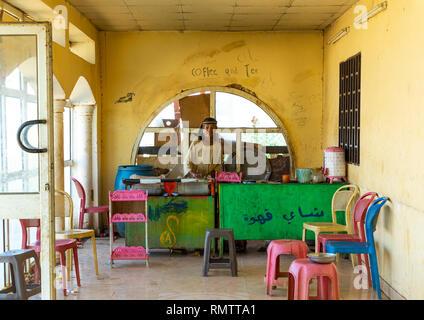 Lo chef cucina in un ristorante locale, Stato di Khartoum, Khartoum, Sudan Immagini Stock
