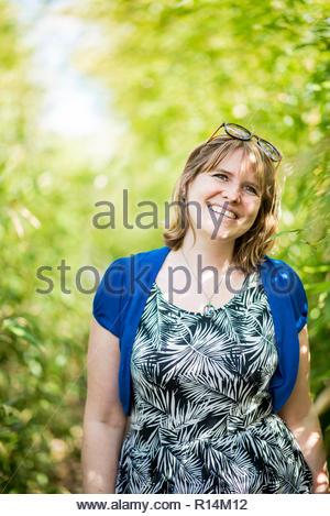 Ritratto di un sorridente giovane donna Immagini Stock