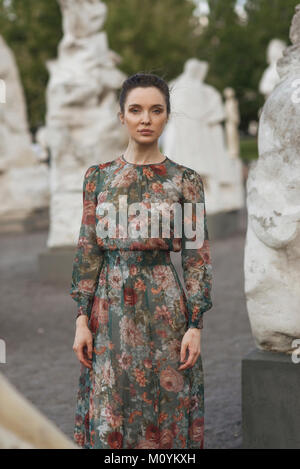 Ritratto di fiducioso Caucasian donna in piedi vicino a statue Immagini Stock