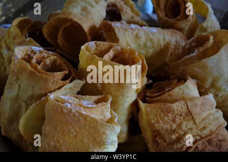Pasta arrotolata fatta da pasta fillo per la vendita nella Repubblica Kabardino-Balkar nel Nord Caucaso Distretto federale della Russia. Immagini Stock