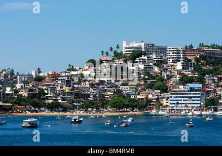 Zihuatanejo è luminoso e attraente lungomare case e appartamenti per vacanze sono una caratteristica di questa Immagini Stock