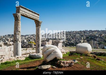 Mano di Ercole e rovine del tempio presso la cittadella di Amman, Amman, Giordania Immagini Stock