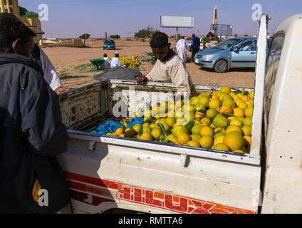 Popolo Sudanese acquisto di arance nel retro di un Hilux Toyata car, Stato di Khartoum, Khartoum, Sudan Immagini Stock