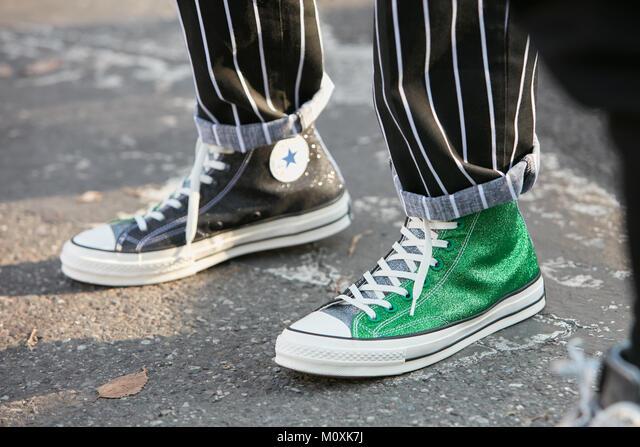 Milano - 13 gennaio: l'uomo con green Converse tutte le stelle glitter ...